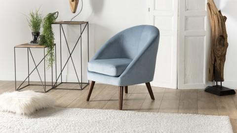 Fauteuil scandinave en velours bleu clair piètement en vois - Collection Agathe