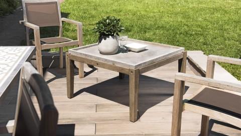 Table basse de jardin carrée béton 83x83 cm pieds en bois acacia - Collection Victor