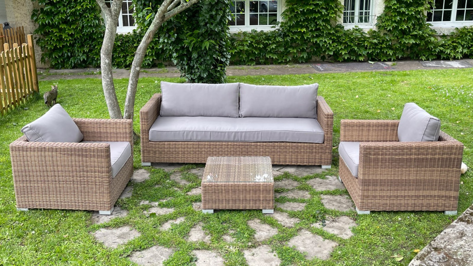Salon de jardin 4 places en résine tressée couleur naturelle coussins en tissu gris clair - Collection Ratino
