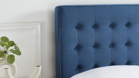 Lit adulte scandinave en velours bleu canard, sommier à lattes, 140x190 - Collection Marie - ELLE DÉCORATION