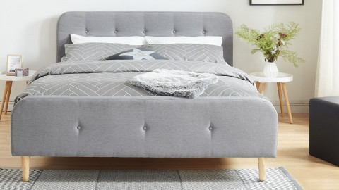Lit adulte scandinave en tissu gris clair capitonné, sommier à latte, 160x200 - Collection Mark
