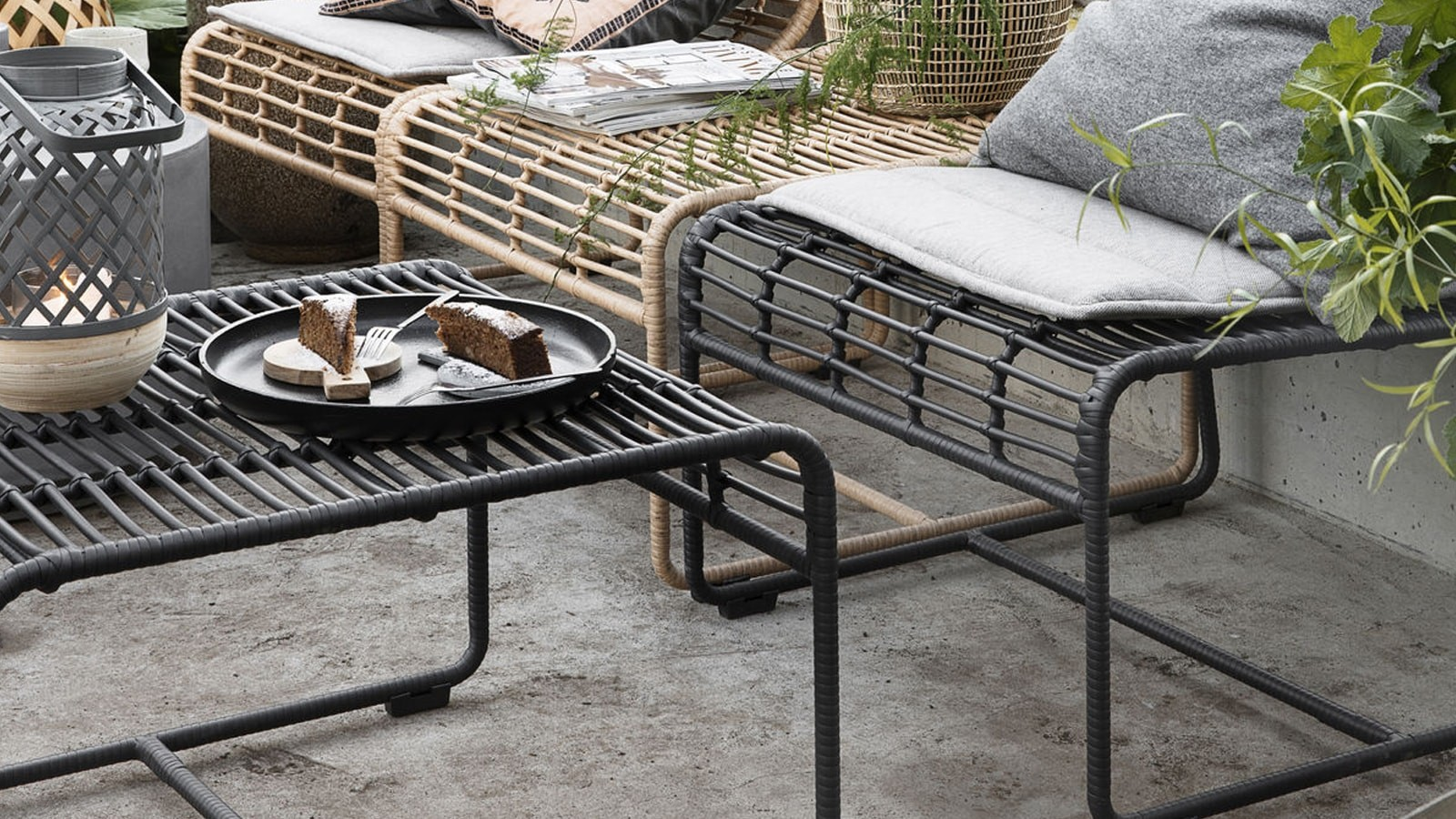 large chaise de jardin en métal noir