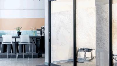 La cloison vitrée : un indispensable pour une déco industrielle
